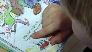 Jämsäläinen Miro Unnaslahti opettelee äidinkieltä kotona.