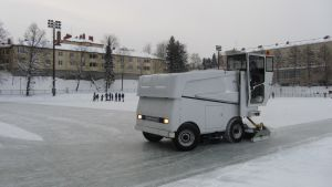 Jääkone jäädyttää Parkin kenttää koululaisten pelatessa taustalla
