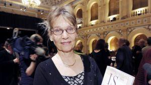 Kirjallisuuden Finlandia-palkinnon voittaja kirjailija Ulla-Lena Lundberg palkintojenjakotilaisuudessa Helsingissä.