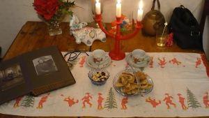 Mummolan joululiina saa kunniapaikan jouluisin Marjatta Tuomiston kodissa
