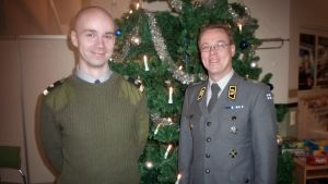Sotilaspastori Risto Kaakkinen ja kenttäpiispa Pekka Särkiö seisovat joulukuusen edessä.