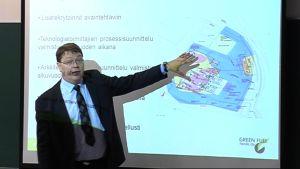 Green Fuel Nordicin toimitusjohtaja pitää Power Point -esitelmää tiedotustilaisuudessa.