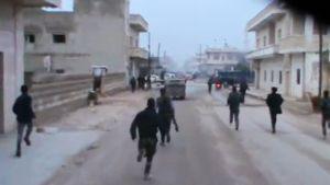 Ihmiset juoksevat auttamaan ilmaiskussa haavoittuneita Halfayan kaupungissa 23. joulukuuta 2012.