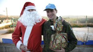 Joulupukki ja rauhanturvaaja.