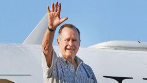 George H. W. Bush yksityiskoneensa ovella.