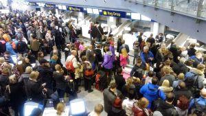 Ruuhkaa lentoasemalla.