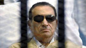 Mubarak kaltereiden takana.
