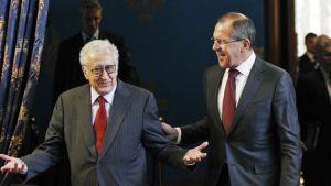 Brahimi ja Lavrov juttelevat ja nauravat.