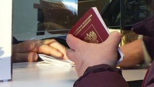 Venäläinen matkailija raja-aseman tarkastusluukulla.