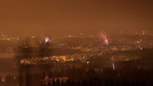 Näkymä Laajavuorelta Jyväskylään ilotulituksen aikana.