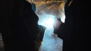 Miehet uudenvuoden vietossa Helsingissä keskiyöllä 1. tammikuuta. Ainakin kaksitoista ihmistä on saanut silmävammoja ilotulitteista tämän vuodenvaihteen juhlinnoissa.