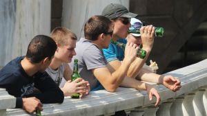 Venäläismiehet juovat olutta.