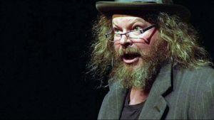 Näyttelijä Jari Hietanen Puntilan isännän roolissa Vaasan kaupunginteatterin näyttämöllä Bertol Brechtin komediassa Puntilan isäntä ja hänen renkinsä Matti.