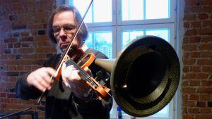 Olavi Lindén muotoilee myös musiikin ääntä