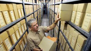 Työntekijä kävi läpi Stasin arkistoa elokuussa 2007.