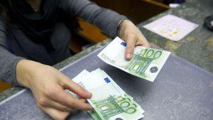 Sadan euron seteleitä.