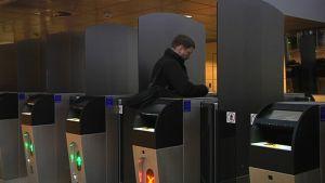 Automaatti suorittaa rajatarkastuksen Helsinki-Vantaan lentoasemalla.