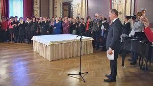 Kuusikymppisiä Tampereen kaupungin työntekijöitä juhlissa Raatihuoneella