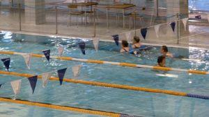 Uimareita uimahallissa Oulun Raksilassa