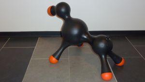 Koirille tarkoitettu muovinen keinonarttu kaupan lattialla.