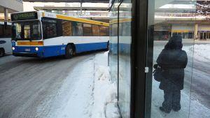 Veolian bussi lähdössö Myyrmäestä.