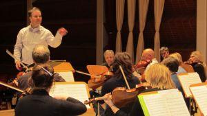 Sakari Oramo harjoituttaa Keski-Pohjanmaan kamariorkesteria Snellman-salissa tammikuussa 2013.