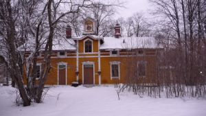 Keltainen rakennus Puotilan Kartanon pihapiirissä