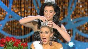 Entinen Miss America Laura Kaeppeler kruunaa Mallory Hytes Haganin vuoden 2013 Miss Americaksi.