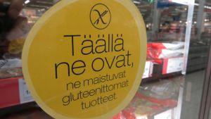 Tarra marketin pakastekaapin ovessa mainostaa gluteenittomia tuotteita.