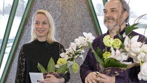 Tanssiva karhu-runopalkinnon voittaja Maria Matinmikko ja Kääntäjäkarhu-palkinnon voittaja Jukka Mallinen.