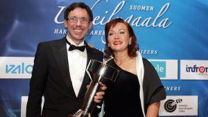 Otto Lehtipuu ja Maija Innanen ottivat vastaan Olympiastadionin uudistamishankkeesta myönnetyn Vuoden Urheilukulttuuriteko -palkinnon.