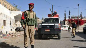 Sotilaat vartioivat Jemenin valtiollisen oikeustalon ulkopuolella Sanaassa 14. tammikuuta 2013.
