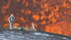 Tiedemiehet tekevät mittauksia purkautuvan tulivuoren rinteillä.