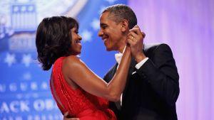 Barack ja Michelle Obama tanssivat.