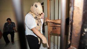 Brittinainen huppu päässä vankilasellissä.