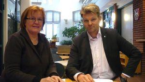 Anja Leino Hämeenlinnan Unicef-ryhmästä ja Hämeenlinnan tilaajajohtaja Markku Rimpelä