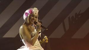 Krista Siegfrids laulamassa