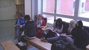 Oppilaita tauolla Elimäen lukion ja yläkoulun tiloissa.