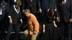 Brasilian presidentti Dilma Rousseff (kuvassa vas.), Saksan liittokansleri Angela Merkel ja Argentiinan presidentti Fernandez de Kirchner poistuvat huippukokouksen aluksi otetusta yhteiskuvasta Chilessä 26. tammikuuta.