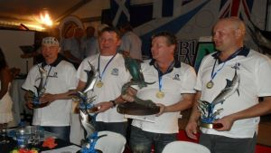 Suomea vetouistelun MM-osakilpailussa Mauritiuksella edustanut joukkkue.