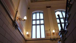 Kaupungintalon juhlakerrokseen pääsee komeita portaita.