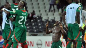 Burkina Fason pelaajat juhlivat lohkovoittoa.