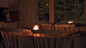 Vain kynttilä valaisee keittiötä