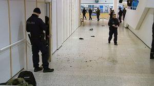 Poliiseja tapahtumapaikalla Jyväskylän kirjastossa.