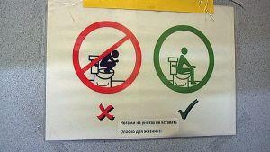 Venäläisiä turisteja opastetaan Kaakkois- ja Itä-Suomessa vessakäyttäytymiseen mm. tällaisilla opasteilla.