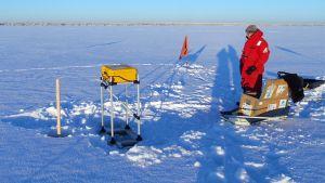 Hailuodossa meren jäällä jään paksuutta mitataan automaattipoijulla.
