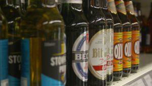 Kuvassa olutpulloja.