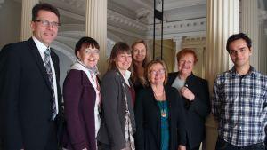 Kultturia kaikille tuki ry:n 7-henkinen hallitus ryhmäkuvassa. Kuvassa toisena oikealta presidentti Tarja Halonen.