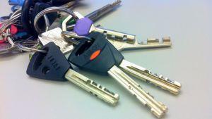 Abloy Exec-avain kuvassa vasemmalla.