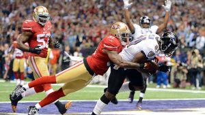 Anquan Boldin tekee touchdownin Donte Whitnerin estely-yrityksistä huolimatta.